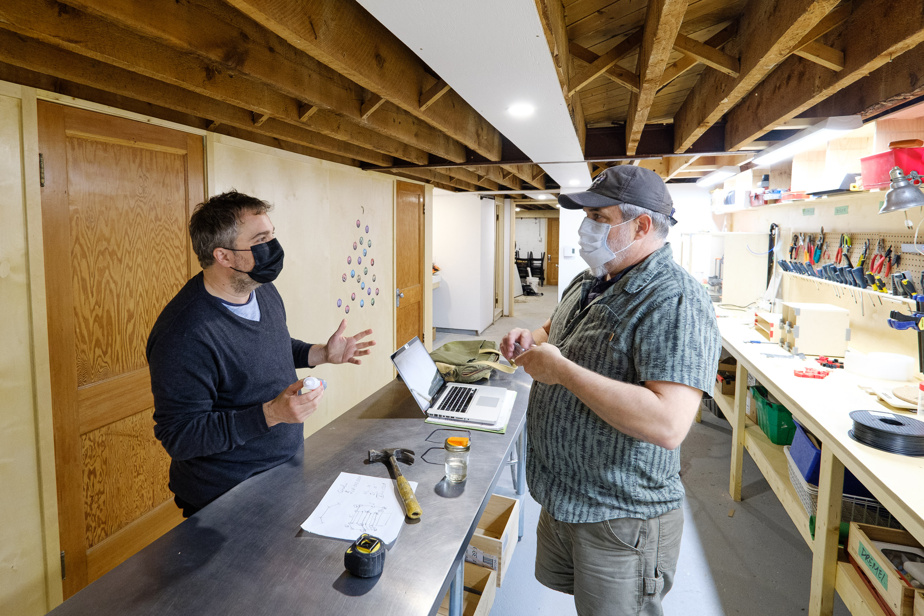 Jean-Philippe Roy discute avec Yannick Viau, un client de l'Établi.