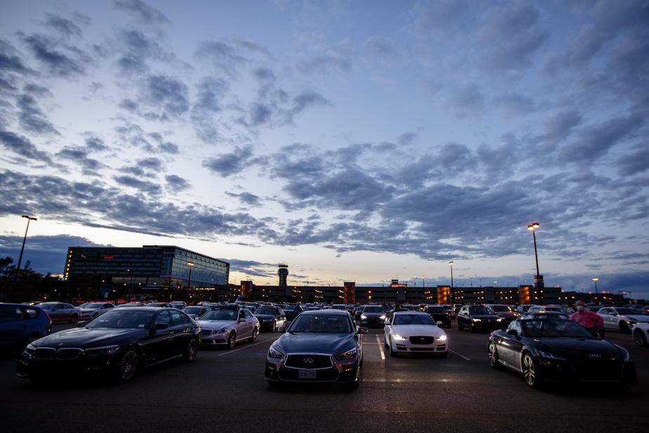 Bien installés dans leur véhicule, les spectateurs ont assisté à l'évènement organisé dans le stationnement de l'aéroport Montréal-Trudeau dans le respect des consignes de la Santé publique.