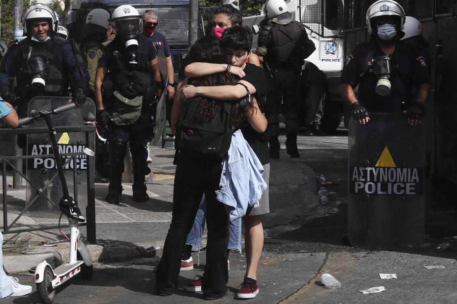 Des manifestants antifascistes s'enlacent devant le palais de justice d'Athènes à la suite de l'annonce duverdict contre les dirigeants d'AubeDorée.