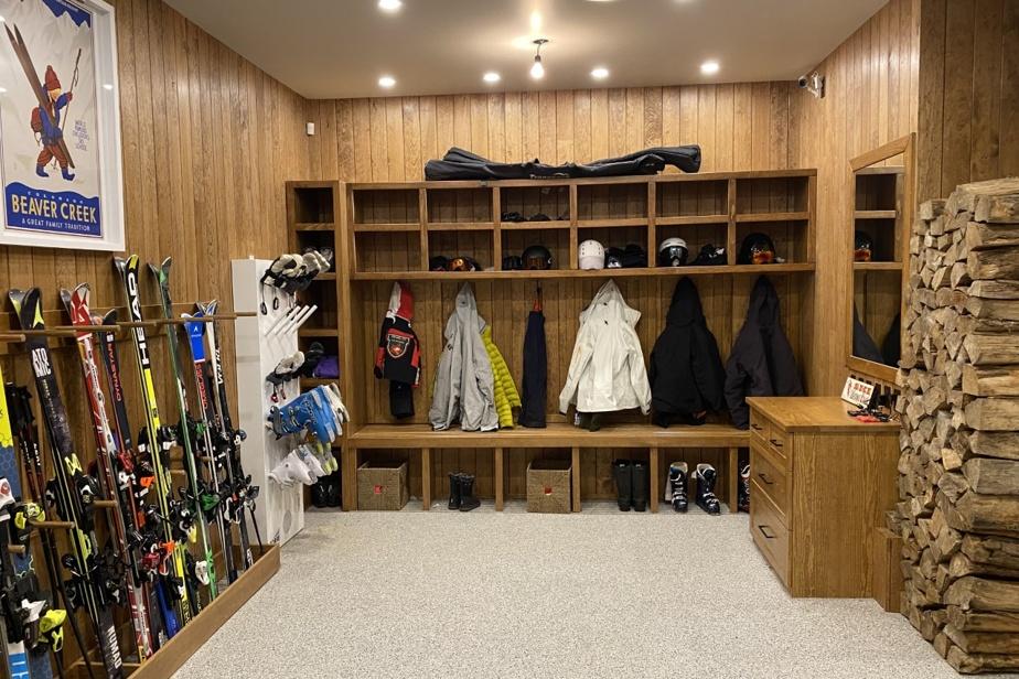 Ils sont six grands skieurs, dans la famille de François Gratton. Le week-end, le garage devient une des pièces les plus importantes du chalet. Un support pour skis fait sur mesure et un sèche-bottes ont été installés au mur pour faciliter les départs, le matin. Chacun a son casier pour ranger manteau, casque, mitaines, etc. Le plancher chauffant est recouvert d'un époxy antidérapant. Il y a aussi un rangement mural pour les patins, les raquettes, les bottes de ski de fond et les luges.