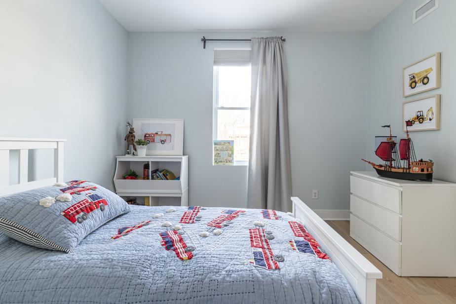 Il est important que l'enfant choisisse certains éléments, comme la literie ou les accessoires décoratifs, pour qu'il se sente bien dans sa chambre.