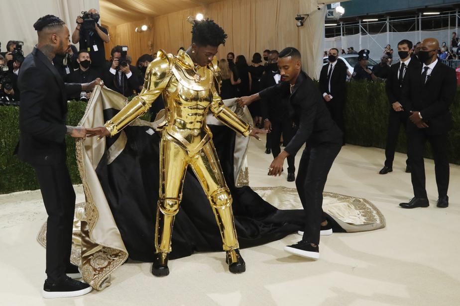 Le rappeur Lil Nas a fait une entrée spectaculaire avec sa tenue et armure en trois parties signée Atelier Versace.