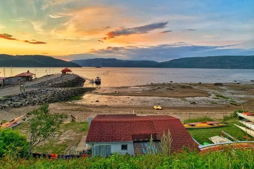 Le nouveau poste de guet favori de cet amateur de plein air, au village de L'Anse-Saint-Jean, où l'astre se couche derrière les montagnes du parc national du Fjord-du-Saguenay. «De quoi nous donner envie de déménager!», lance-t-il.