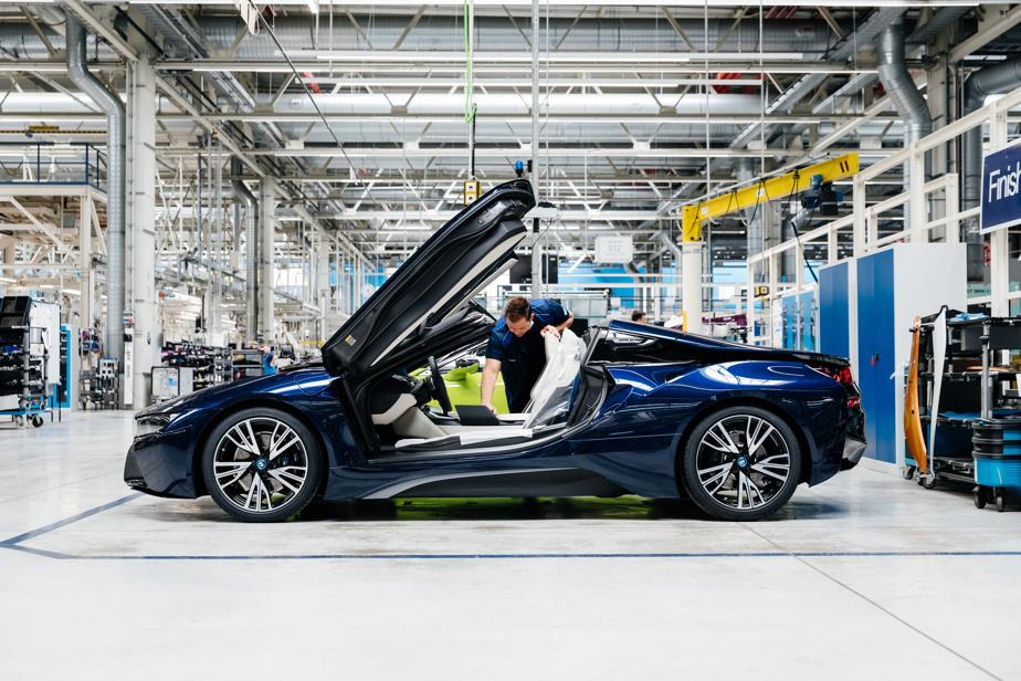BMWi8 – L'i8 est sans doute l'une des voitures les plus ambitieuses jamais construites par BMW. Lancée en 2014, la sportive à portières en élytre faisait galoper ses chevaux au moyen d'un petit trois-cylindres turbo de 1,5L doublé d'un moteur électrique à l'avant, pour 357ch au total. Hybride rechargeable, elle avait une autonomie d'environ 30km. Bien qu'impressionnantes, ses performances n'étaient pas à la hauteur de son prix de départ de 150000$.