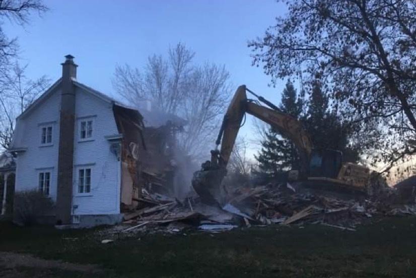 Vendredi, à l'aube, des grues et des camions sont arrivés devant la maison Laporte. Au bout d'une heure, cette demeure qui avait vu défiler tant de vies et d'histoires s'est affaissée.