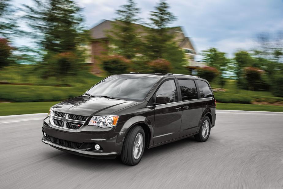 Dodge Grand Caravan – La Dodge Grand Caravan n'est plus, vive la Chrysler Grand Caravan! À peine retouchée depuis sa refonte de 2009, la Grand Caravan était l'un des plus vieux modèles sur le marché, mais maintenait un bon volume de ventes. FCA (Fiat Chrysler Automobiles) a donc décidé pour 2021 de faire migrer le modèle dans le giron de Chrysler, une exclusivité canadienne qui n'est nulle autre qu'une Pacifica plus abordable, mais plus chère que celle qu'elle remplace.
