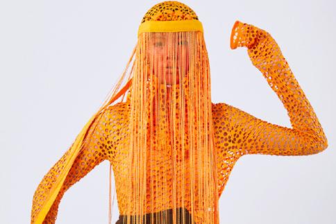 La finissante Camille Desjardins s'est inspirée pour cette pièce tirée de sa collection Empreinte d'une photographie de la revue National Geographic montrant un oiseau prisonnier d'un sac de plastique. La designer intègre dans sa démarche des éléments récupérés et recyclés.