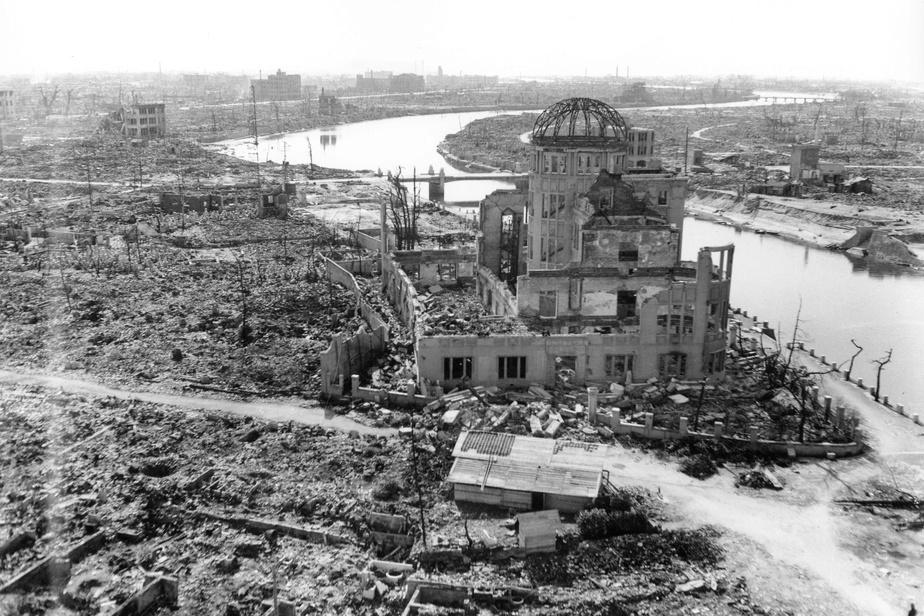 Le Palais d'exposition industrielle de la préfecture d'Hiroshima est l'un des seuls édifices à ne pas avoir été complètement détruit par la bombe près de l'endroit où elle a été larguée. Il a été conservé et est aujourd'hui le Mémorial de la Paix d'Hiroshima.