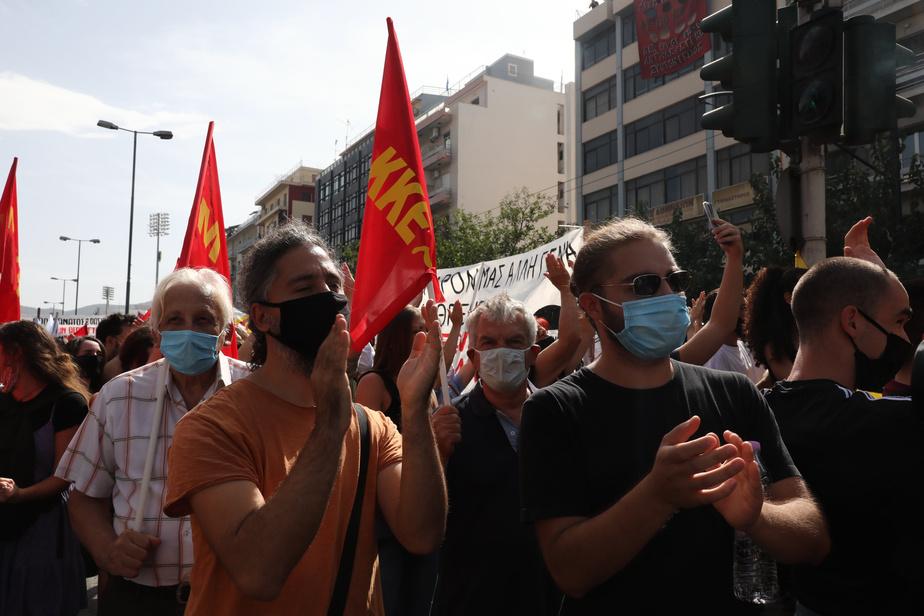 Des manifestants antifascistes réunis à Athènes célèbrent la condamnation des dirigeants du parti d'extrême droite Aube Dorée, à la suite d'un procès ayant duré cinq ans.