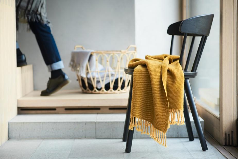 Le jaune ressort dans un décor d'une palette neutre, amenant une explosion de couleur, indique Heena Saini, spécialiste des relations publiques sur le plan commercial chez IKEA Canada.