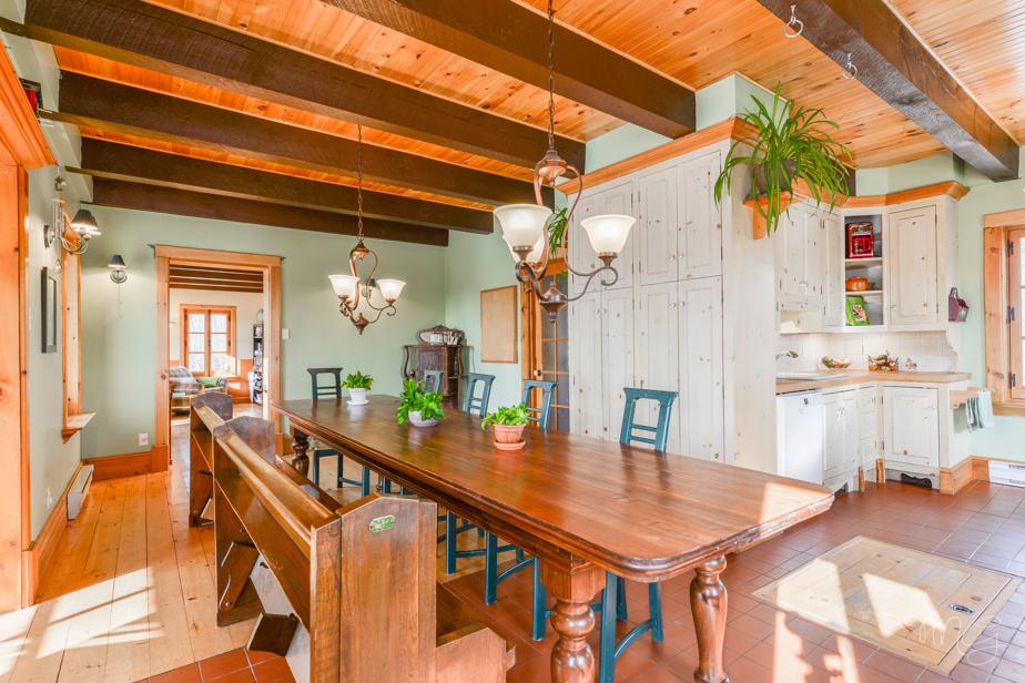 La salle à manger, avec la cuisine à la droite de la photo