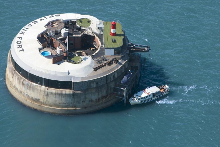 Ce fort avec phare aménagé, piscine chauffée et neuf chambres est à vendre. À prix… fort.