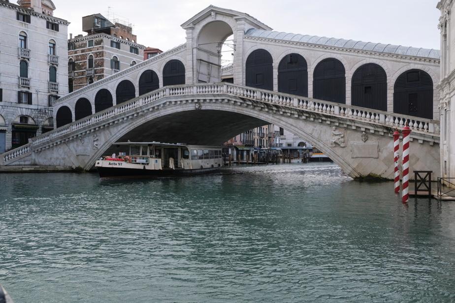 Le pont du Rialto est un haut lieu du tourisme à Venise. La foule y joue du coude en temps normal. Mais pas en pleine pandémie.