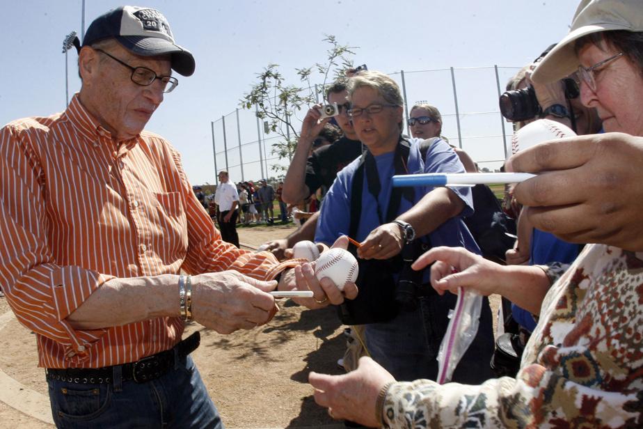 Larry King signe des autographes avant une rencontre entre les Diamondbacks de l'Arizona et les Dodgers de Los Angeles en mars2009