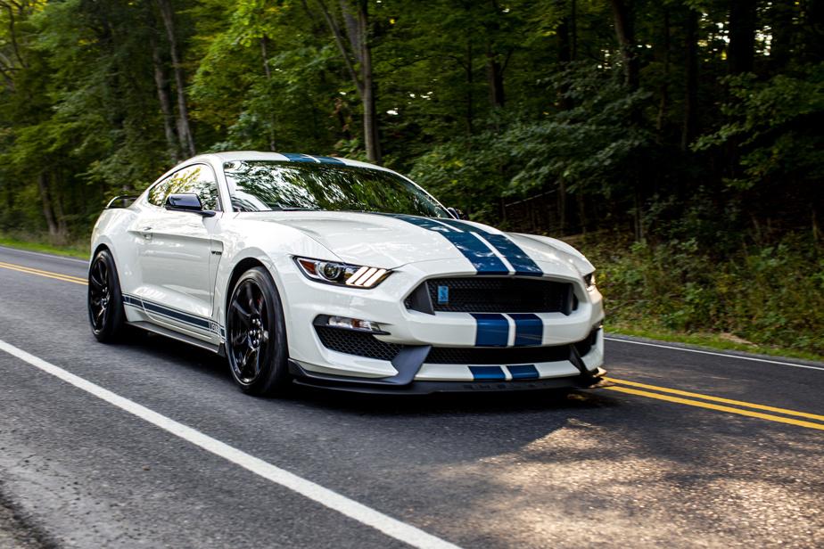 Ford Mustang ShelbyGT350 –Hommage senti à la première Mustang préparée par Carroll Shelby, la version contemporaine de la ShelbyGT350 était véritablement un véhicule d'exception. Avec son V8 de 5,2L à vilebrequin à plat (526ch) capable de grimper à 8250tr/min et que l'on peut coupler uniquement avec une boîte manuelle, elle brillait par sa verve, mais aussi par son équilibre en virage.