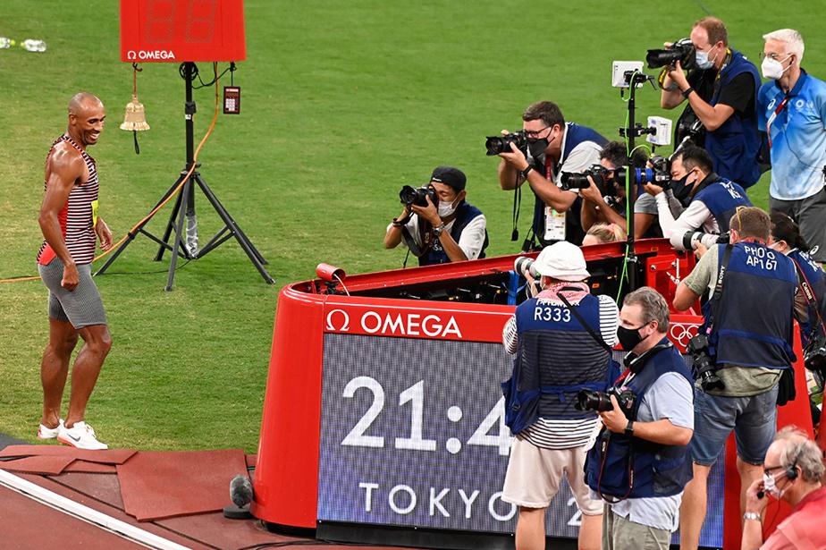 Le Canadien Damian Warner sous les feux des photographes après avoir remporté le décathlon.