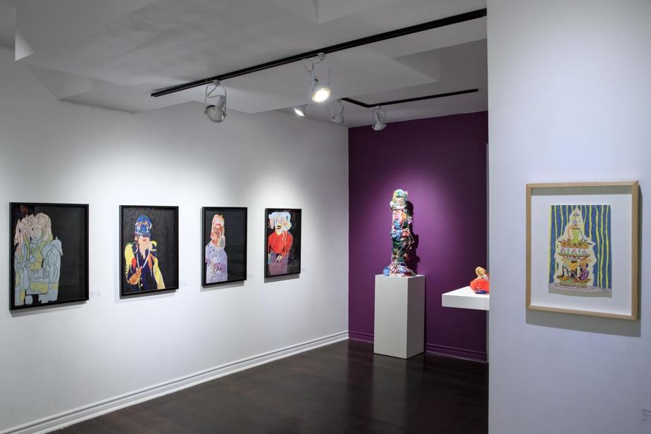 À côté des quatre œuvres d'Irène Gérard, à gauche, une sculpture d'Hubert Posey et, à droite, un dessin de Marie Lemieux