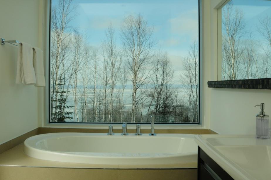 Le chalet de luxeVersant-46, à Petite-Rivière-Saint-François, dans Charlevoix, permet de se prélasser dans l'eau chaude tout en regardant le majestueux Saint-Laurent. Il est possible de le louer sur le site de Monsieur Chalets.