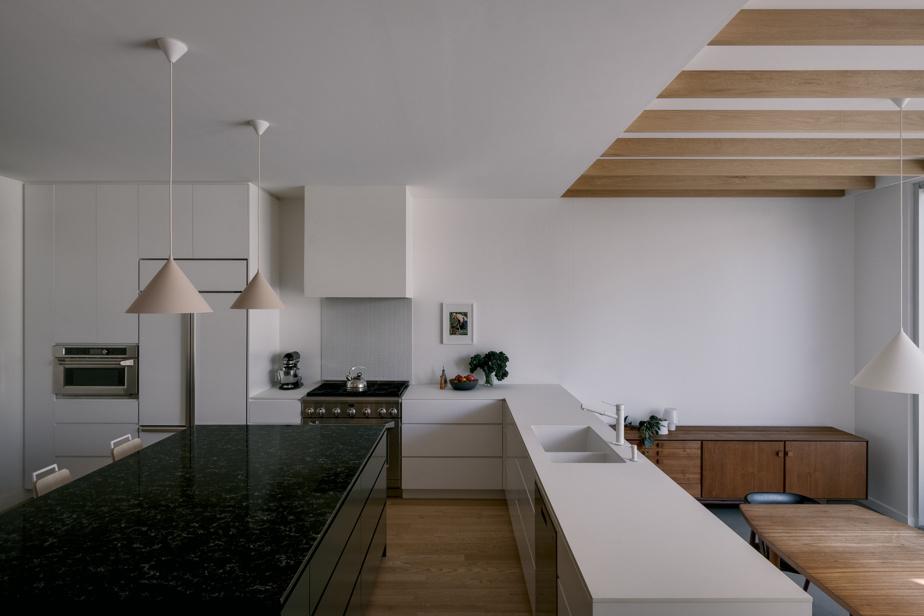 Les propriétaires ont choisi de construire un agrandissement au rez-de-chaussée pour y installer la salle à manger, à droite, libérant ainsi de l'espace pour une cuisine plus grande.