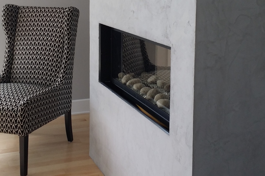 Les manteaux de foyer à effet béton créent une atmosphère contemporaine.