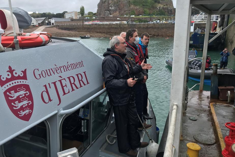 Le ministre adjoint de l'Environnement de Jersey, GregoryGuida, parle avec des représentants des pêcheurs. Le gouvernement de Jersey a déclaré que 17 des 41navires français autorisés à venir pêcher se verraient imposer de nouvelles limites de pêche.