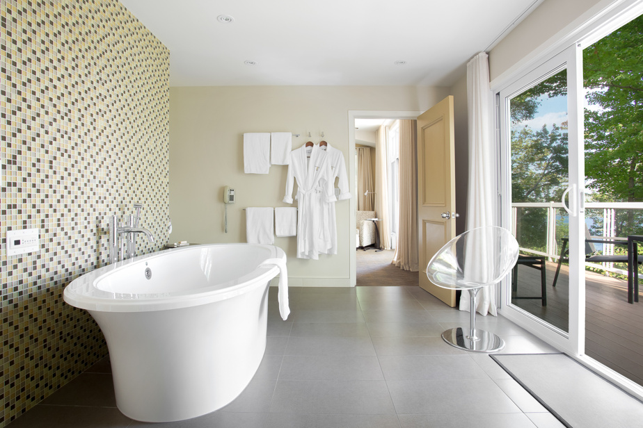 Le Manoir Hovey possède un grand nombre de chambres et suites avec des baignoires d'exception. Ici, celle de la suite de 1200pi2 Oriole, avec vue sur le lac Massawippi.