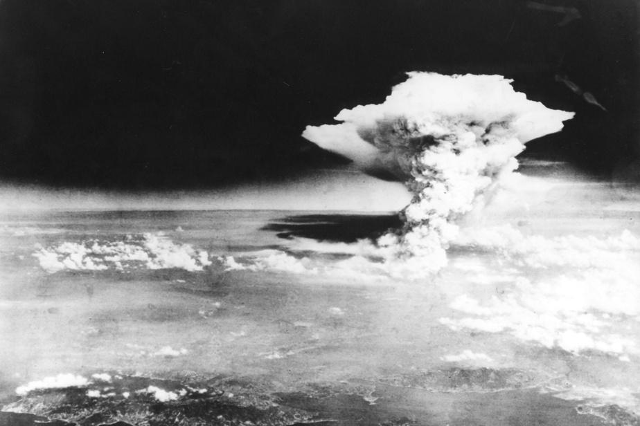 Un énorme champignon atomique s'est élevé dans le ciel d'Hiroshima.