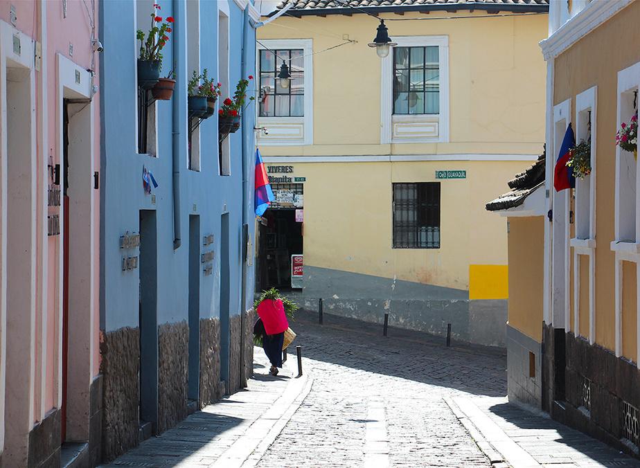 Une femme transporte des légumes sur la rue La Ronda, aussi appelée calle Morales.