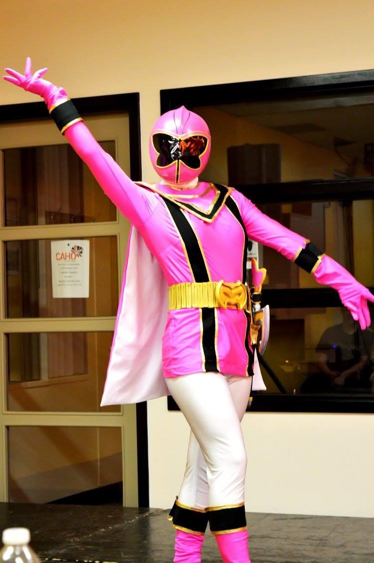 CatherineRuscigno est particulièrement fière de ce costume de Power Rangers, qu'elle estime être son meilleur. Elle l'a présenté au Comiccon de Montréal, où elle a remporté le prix du meilleur accessoire pour le casque. Cette photo a été prise au salon Animaracon2015, à Sherbrooke.