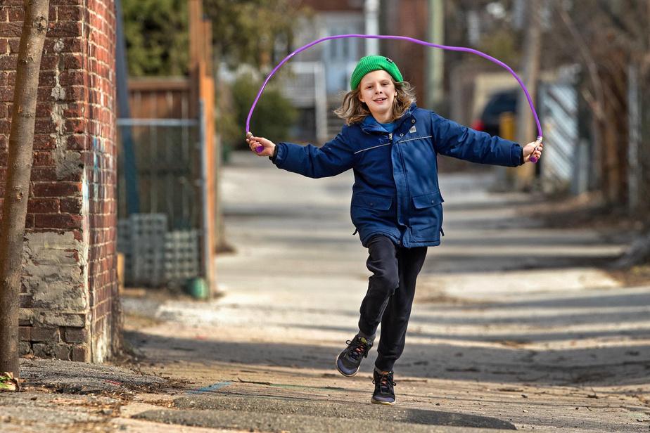 15h37: pas de ballons dans la cour d'école, pas de balançoires dans les parcs, pas de jeux en équipe avec les copains du quartier. Nelson, 9ans, s'est rabattu sur la corde à sauter dans la ruelle, derrière chez lui.