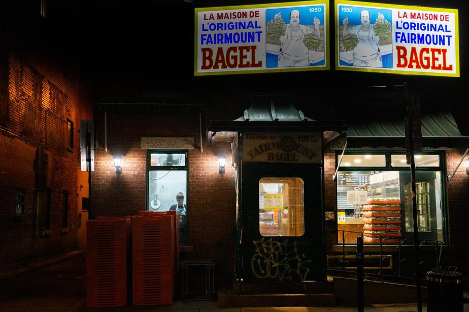 3h47: pas de répit pour les boulangers, ni en pleine nuit ni en temps de pandémie. Ceux de la célèbre boulangerie Fairmount Bagel, dans le quartier du Mile End, sont à l'œuvre au petit matin.