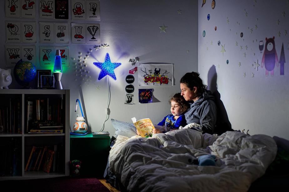 20h1: dans le cocon de sa chambre, Félixe et sa mère Manuelle Langlois font la lecture avant l'heure du dodo. Félixe a choisi son livre préféré du moment, Lucie la mouffette qui pète contre les ratons morons.