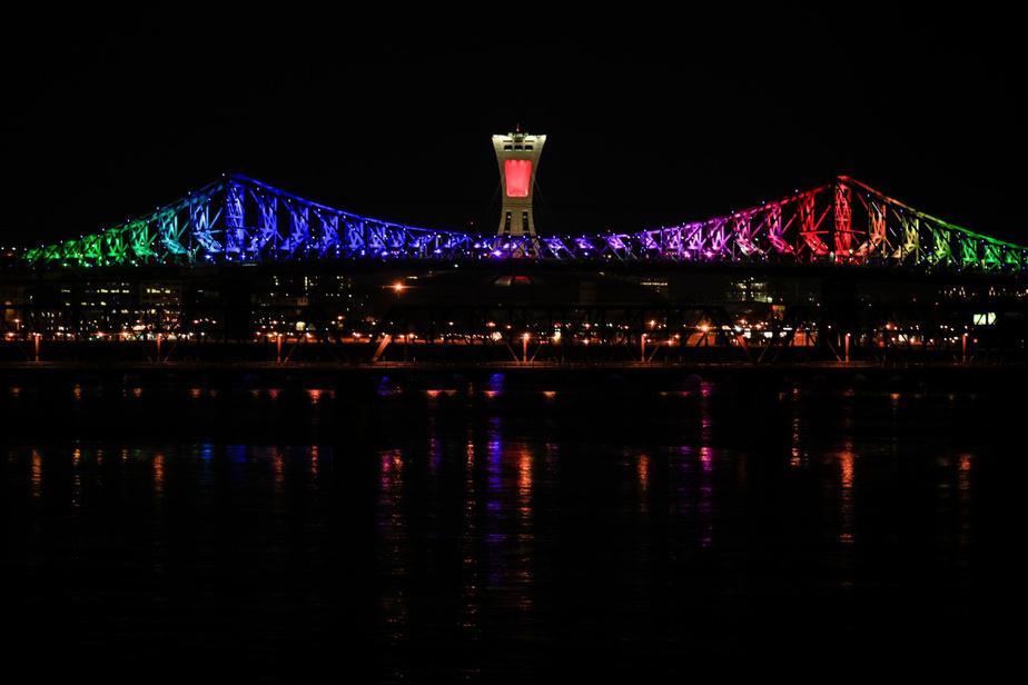 23h46: alors que les dernières minutes du 6avril2020 s'écoulent, le pont Jacques-Cartier s'illumine aux couleurs d'un arc-en-ciel, brillant dans la ville silencieuse.