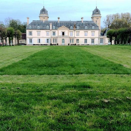 Dans l'esprit du jardin français, la perspective qu'on voit de chaque fenêtre est importante.