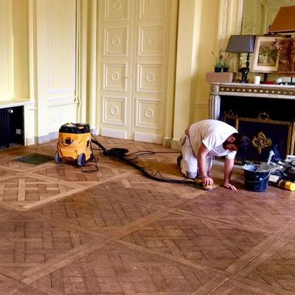 Après avoir ciré tous les parquets de Versailles, les ouvriers ont dû recommencer parce que le fini n'était pas au goût du propriétaire.