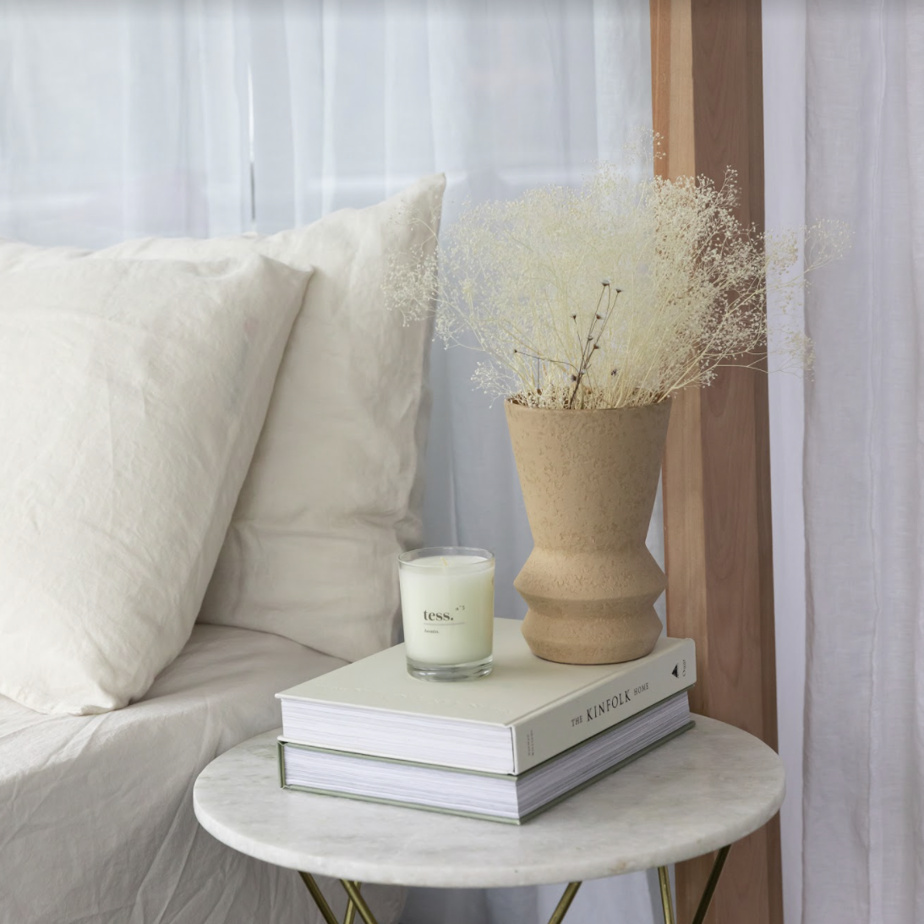 Bougie d'ambiance et vase texturé Alma en terre cuite (45$ et 85$)