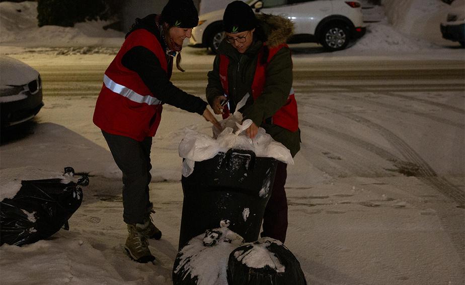 La mission d'effarouchement a eu lieu mercredi soir parce que c'est la veille de la collecte des déchets dans ce quartier. «Les coyotes sont des animaux opportunistes. C'est plus facile pour eux de se nourrir dans les poubelles que de chasser», explique MmeRoy-Bolduc. Les deux intervenantes essaient de parler aux citoyens pour les sensibiliser à cette réalité.