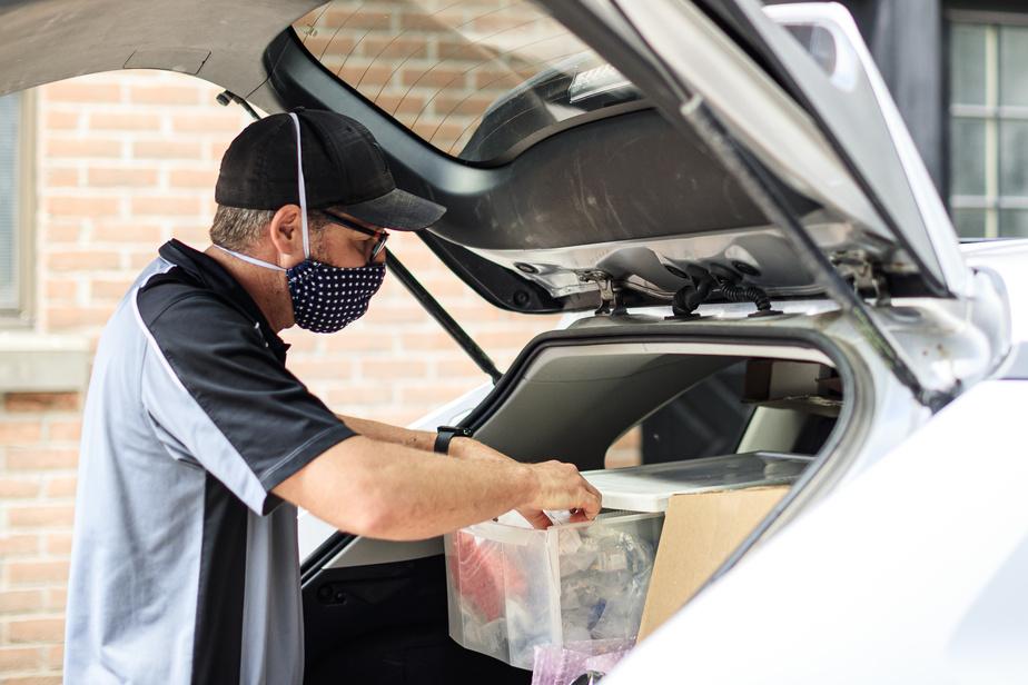 Pour être en mesure, autant que possible, de régler le problème sur-le-champ, Yan Candie transporte dans sa voiture les pièces qu'il juge nécessaires aux réparations de la journée.