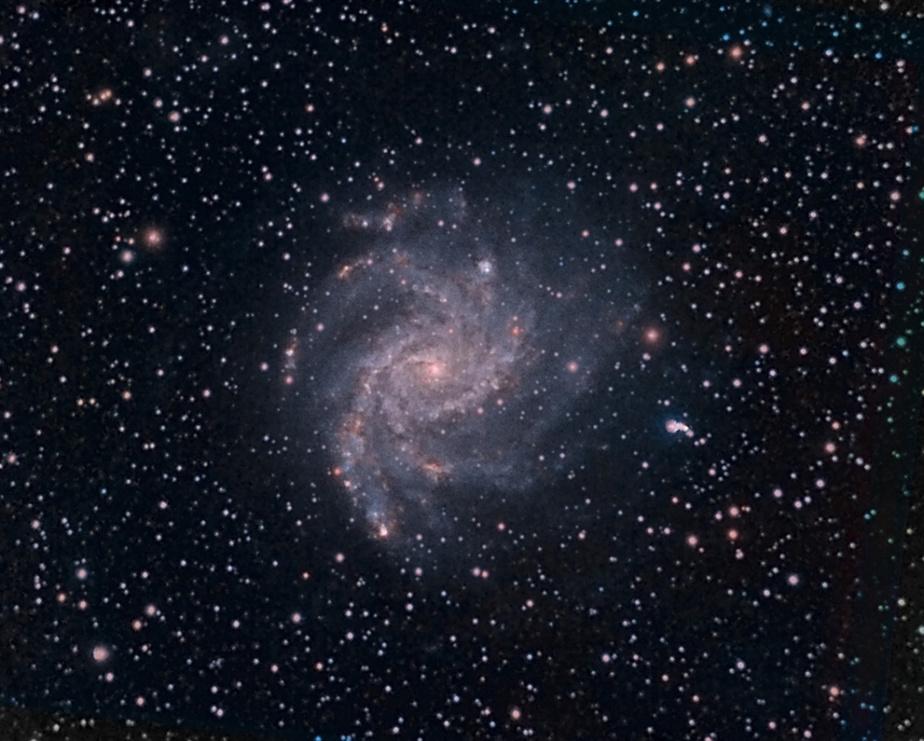 NGC6946, la galaxie du Feu d'artifice, est une galaxie spirale située à environ 22,5millions d'années-lumière de la Terre. La prise de cette image est très technique et exige du matériel spécialisé.