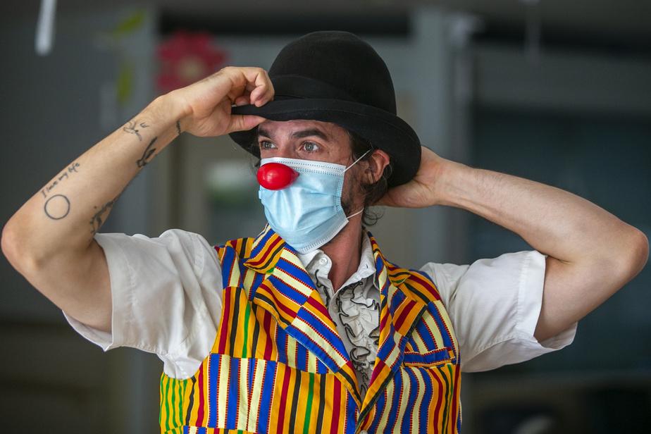 Son nez rouge est pincé par-dessus le masque, lequel constitue une grande contrainte pour l'artiste qui joue énormément sur les expressions faciales.
