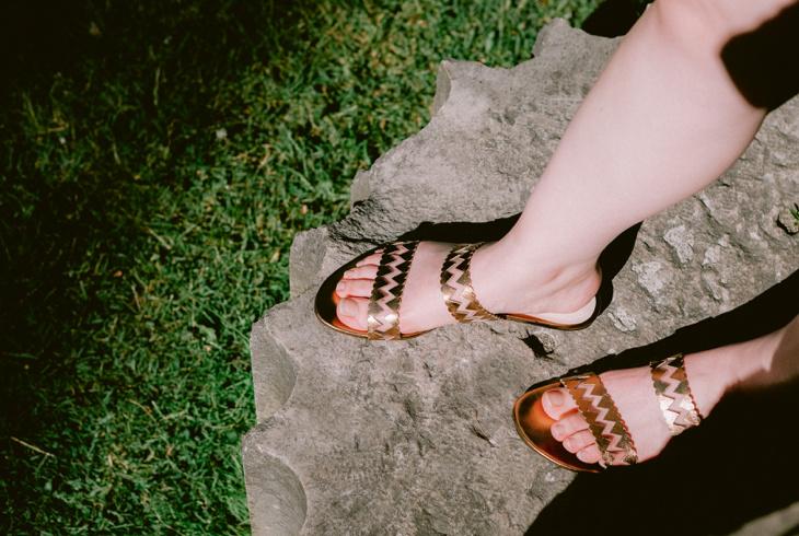 Zvelle propose plusieurs modèles de sandales pour la belle saison, dont le modèle Xin, ici en bronze. La découpe au laser est inspirée par le symbole perse pour le chiffre5.