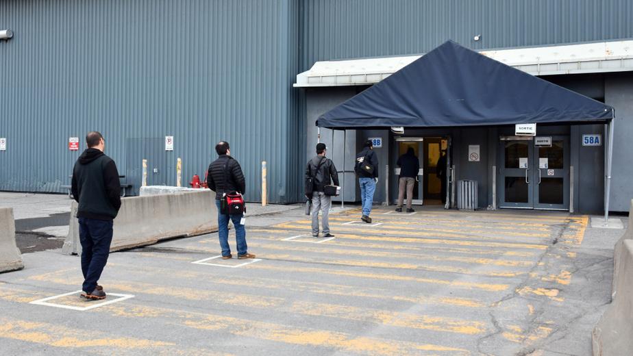 Dans les différents sites de Bombardier, le nombre de portes d'entrée a été réduit et le marquage au sol permet aux employés de respecter la distanciation. Des gardes de sécurité ont été ajoutés pour poser quelques questions de santé à l'entrée.