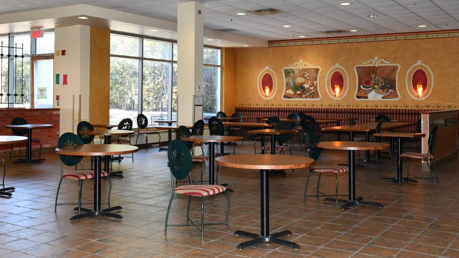 Les places seront rares dans les cafétérias de Bombardier, comme celle-ci à Saint-Laurent, où des chaises et des tables ont été retirées.