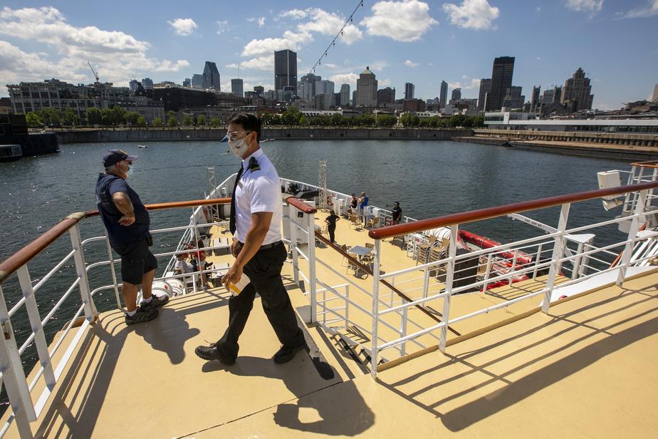 À bord du bateau, les employés portent le masque en tout temps. Les passagers doivent mettre le leur lorsqu'ils jugent qu'une distance de deux mètres est difficile à respecter.
