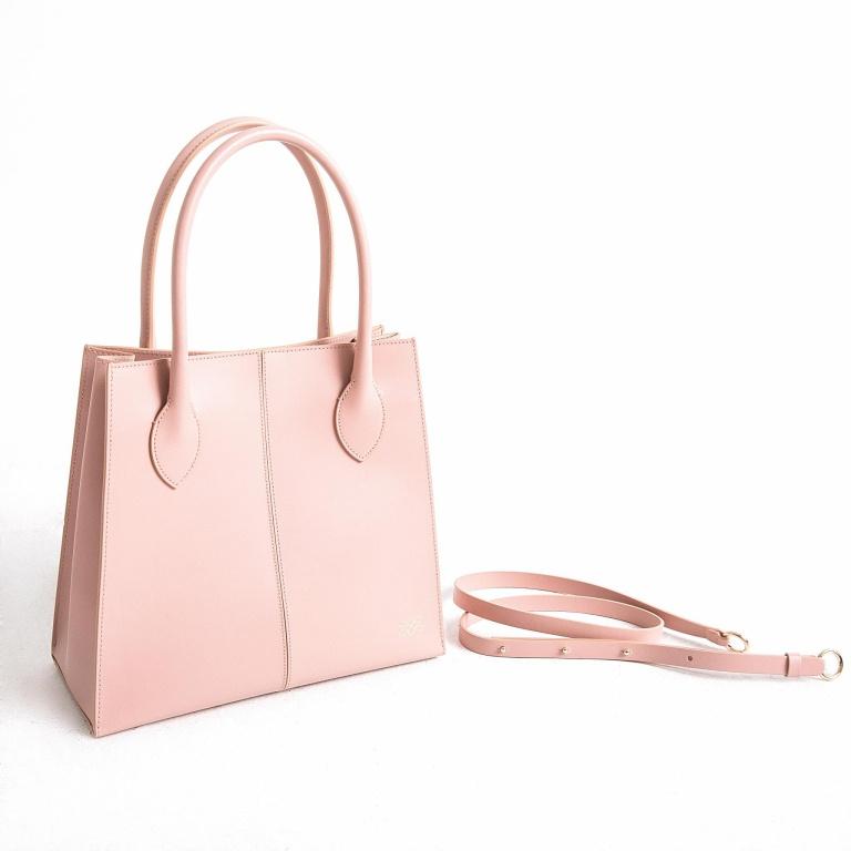 Les sacs à main sont un nouveau produit proposé par Zvelle. Sur la photo, le modèle Forough en rose, qui peut se porter en bandoulière grâce à l'ajout d'une sangle. Prix:695$.