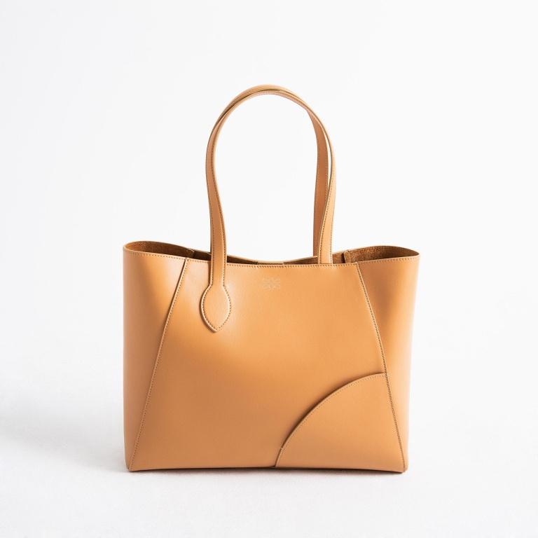 Avec sa poignée asymétrique, le sac à main Ray a beaucoup de style. Prix:655$.