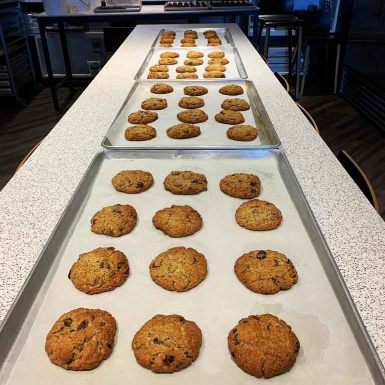 Patrice Demers de Patrice Pâtissier met aussi la main à la pâte pour le projet Cuisinessolidaires en offrant ses biscuits à l'avoine. Cette semaine, il en a cuisiné 500 avec son équipe!