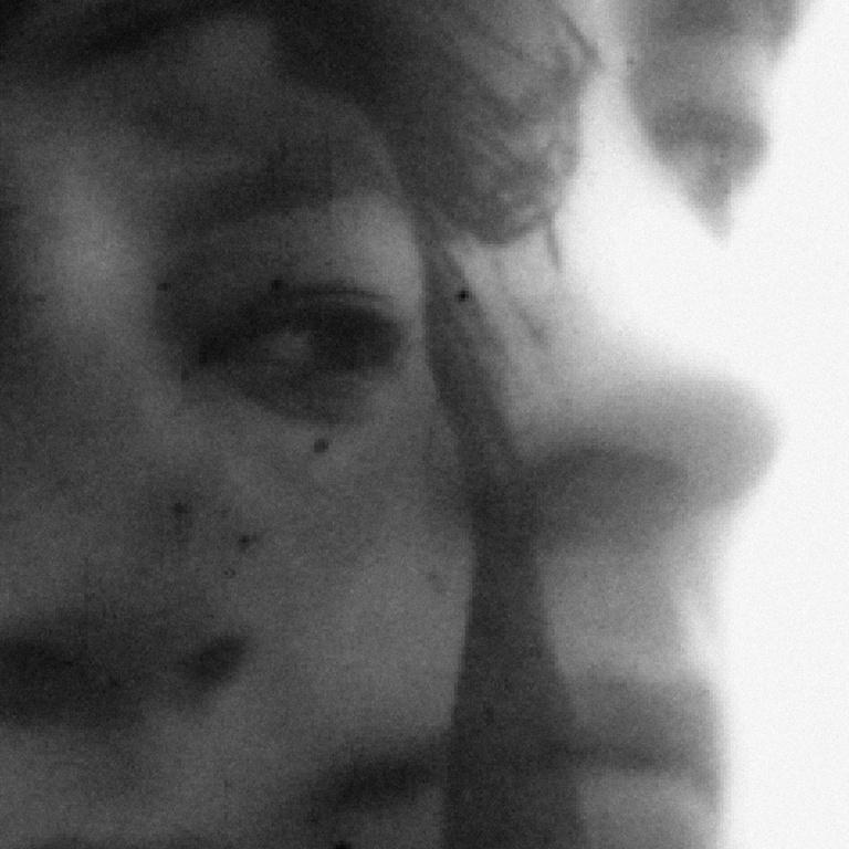 Caroline Monnet, cinéaste et artiste multidisciplinaire. «Demi-Monde parle d'un monde distinct — qui est souvent une partie isolée d'un monde plus vaste. Le visage séparé en deux représente les frontières où deux cultures et réalités s'entrelacent. C'est une invitation à réfléchir aux possibilités infinies des univers qui noushabitent.»