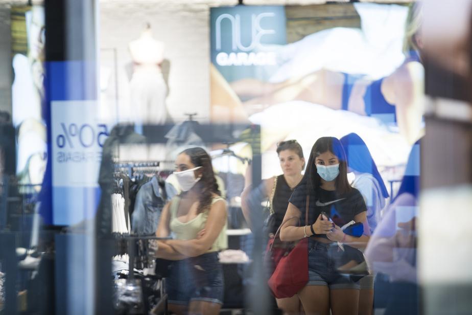 Le masque, nouvel outil de magasinage, n'était pas la norme sur les visages aperçus au Carrefour Laval et dans les autres centres commerciaux visités par LaPresse.