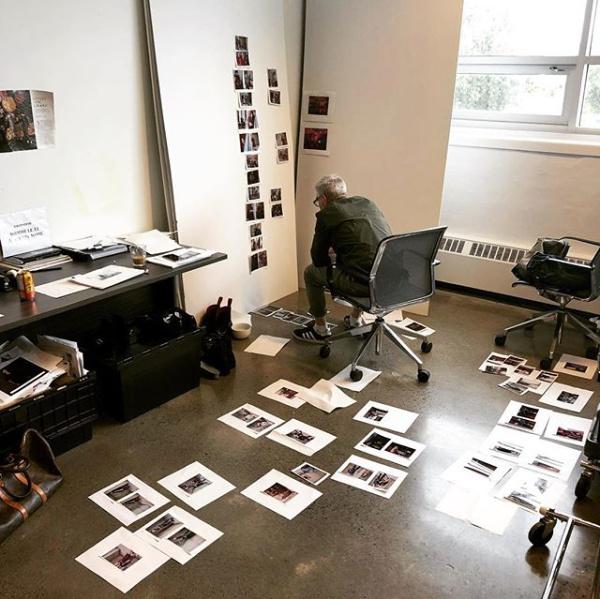 Denis Desro a publié cette photo de lui au travail, en train d'éditer et de choisir des photos, en 2018, sur son compteInstagram.